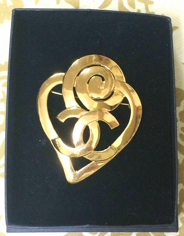 Vintage CHANEL gold tone heart and snail design brooch with CC mark at center. For Sale 2