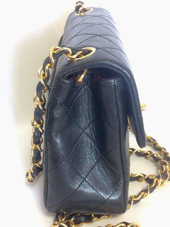 Vintage CHANEL black lamb leather flap chain shoulder bag, classic 2.55 mini bag For Sale 2