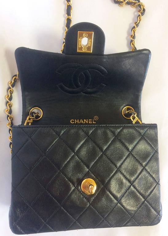 Vintage CHANEL black lamb leather flap chain shoulder bag, classic 2.55 mini bag For Sale 4