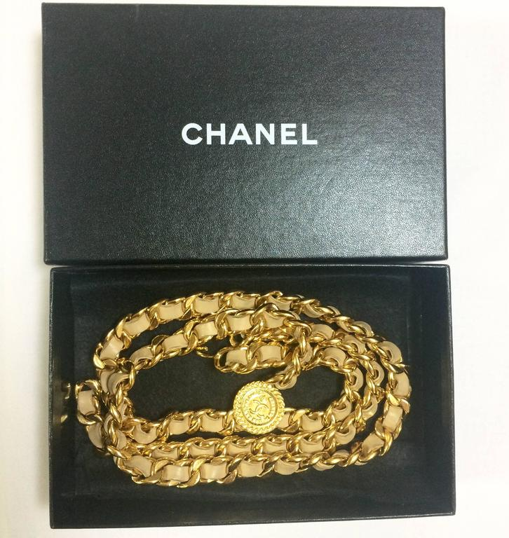 Vintage CHANEL beige leather chain belt with golden CC and mademoiselle charm. For Sale 5