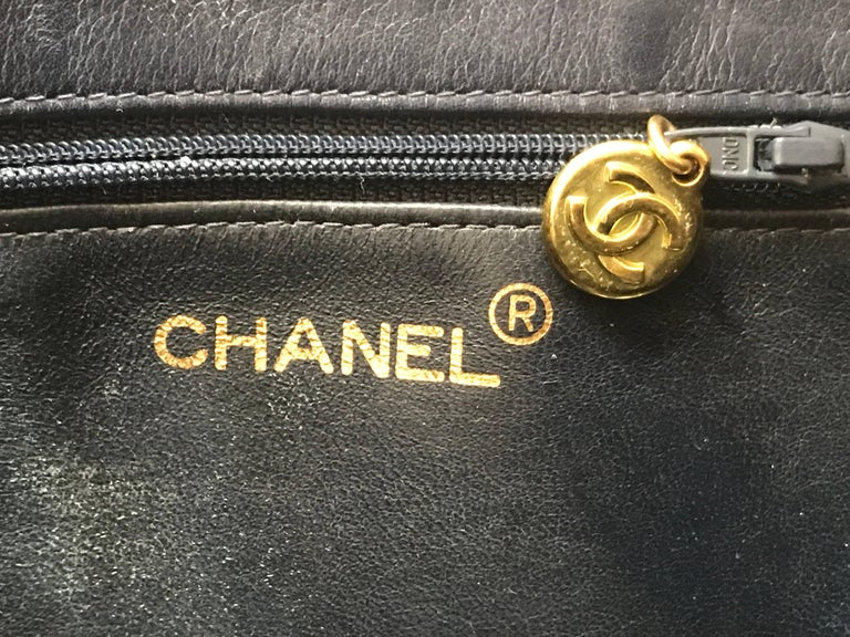 Women's Vintage CHANEL navy calfskin large golden chain shoulder tote bag with large CC. For Sale