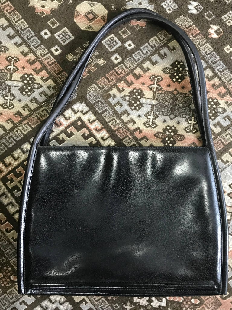 Vintage Gucci black pigskin large trapezoid shape shoulder bag with embossed GG. In Good Condition For Sale In Kashiwa, Chiba
