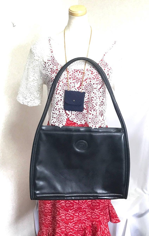 Vintage Gucci black pigskin large trapezoid shape shoulder bag with embossed GG. For Sale 9
