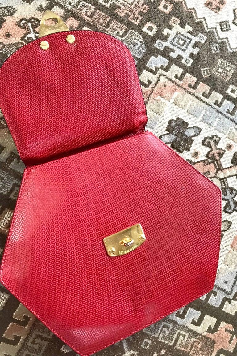Vintage Bottega Veneta grained red leather hexagon shape handbag with gold motif For Sale 3