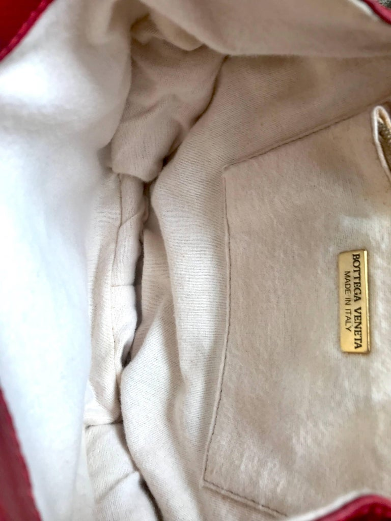 Vintage Bottega Veneta grained red leather hexagon shape handbag with gold motif For Sale 5