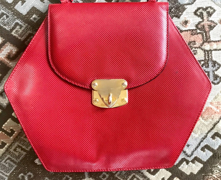 Vintage Bottega Veneta grained red leather hexagon shape handbag with gold motif In Good Condition For Sale In Kashiwa, Chiba