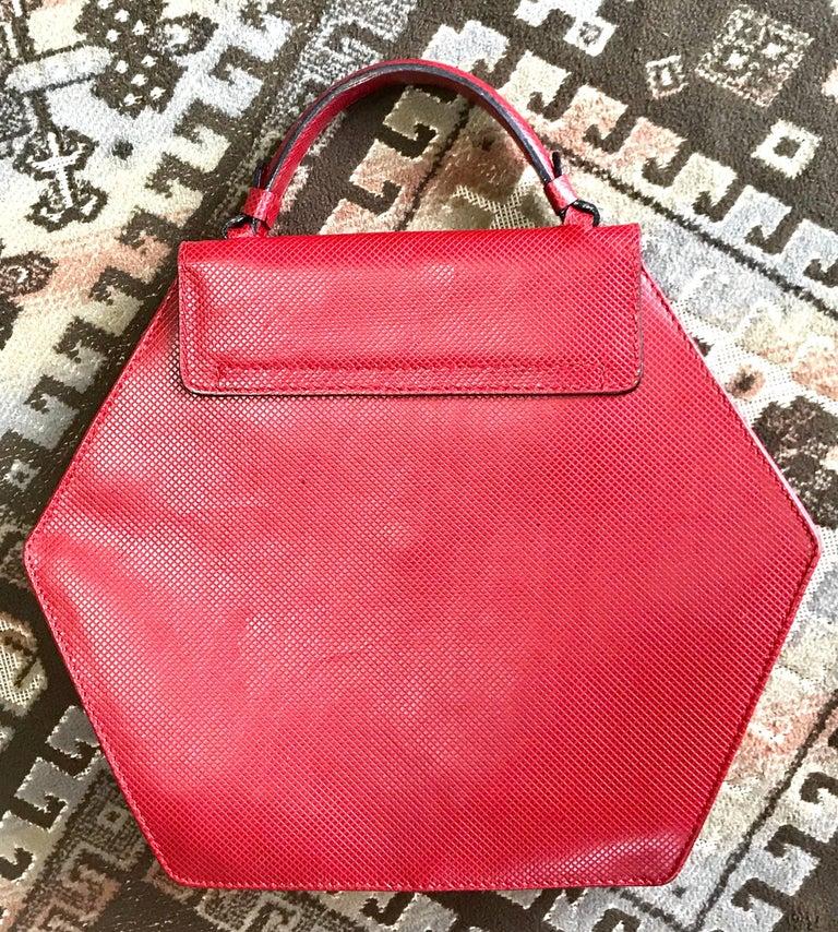 Women's Vintage Bottega Veneta grained red leather hexagon shape handbag with gold motif For Sale