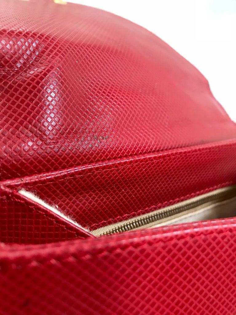 Vintage Bottega Veneta grained red leather hexagon shape handbag with gold motif For Sale 4