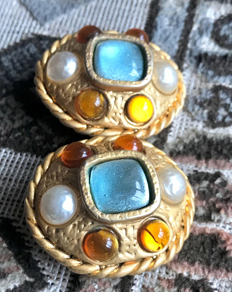 Vintage CHANEL golden oval faux pearl, blue and orange gripoix large earrings. In Good Condition For Sale In Kashiwa, Chiba