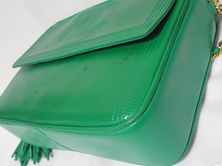1990s vintage CHANEL green lamb leather camera bag style chain shoulder bag. For Sale 2