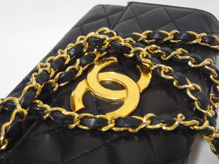 MINT. 80's vintage CHANEL black lambskin chain shoulder bag with golden large CC For Sale 2