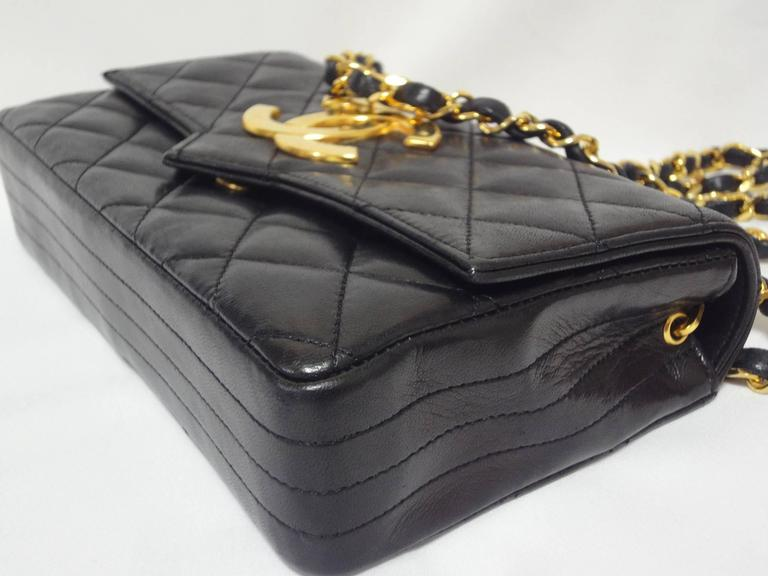 MINT. 80's vintage CHANEL black lambskin chain shoulder bag with golden large CC In Excellent Condition For Sale In Kashiwa, Chiba