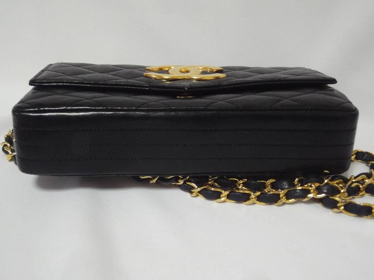 MINT. 80's vintage CHANEL black lambskin chain shoulder bag with golden large CC For Sale 1