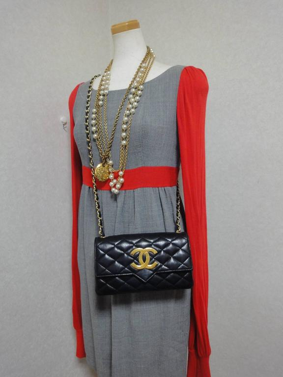 MINT. 80's vintage CHANEL black lambskin chain shoulder bag with golden large CC For Sale 6