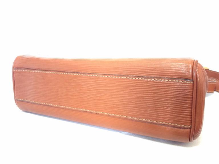 Vintage FENDI brown epi leather messenger bag, shoulder purse with iconic logo For Sale 2