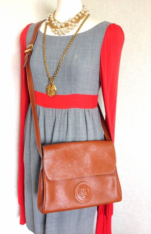Vintage FENDI brown epi leather messenger bag, shoulder purse with iconic logo For Sale 5