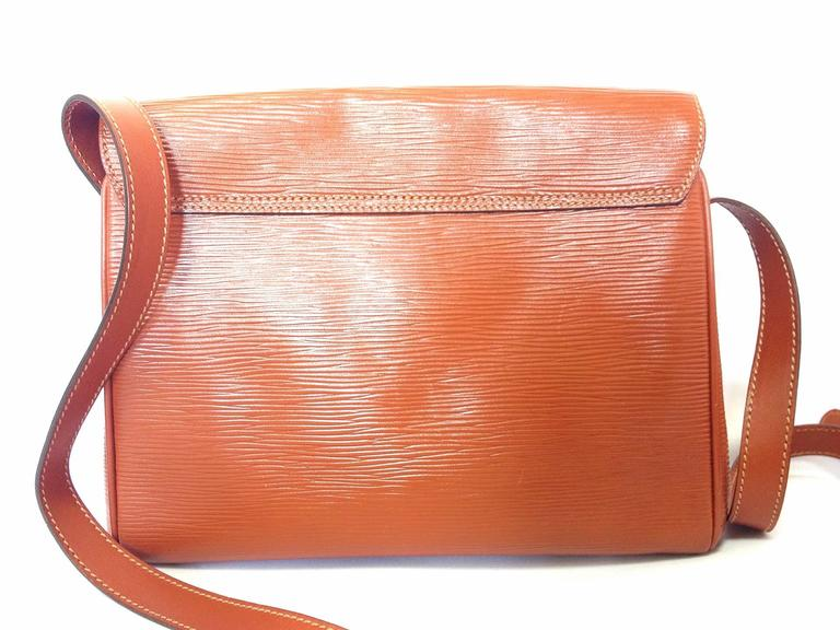 Vintage FENDI brown epi leather messenger bag, shoulder purse with iconic logo In Good Condition For Sale In Kashiwa, Chiba