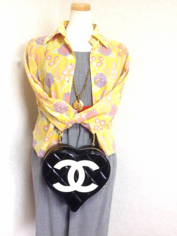 Vintage CHANEL black patent enamel quilted leather large heart shape handbag 10