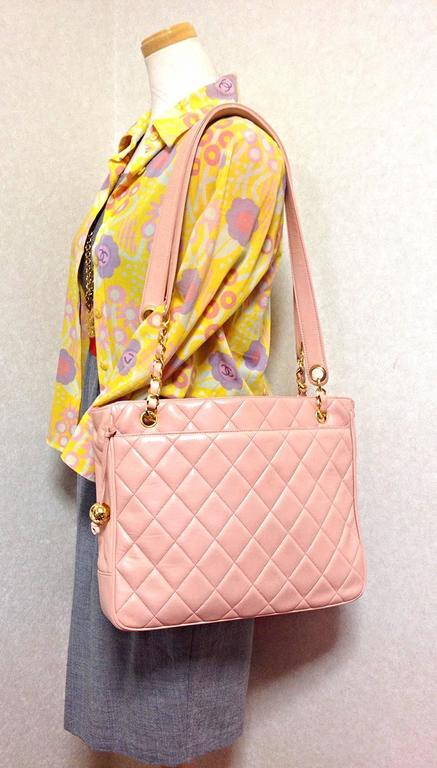 Vintage CHANEL milky pink lambskin shoulder tote bag with gold tone chain straps For Sale 5