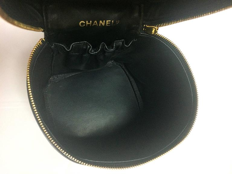 Vintage CHANEL black caviar cosmetic and toiletry mini bag, party vanity bag. 8