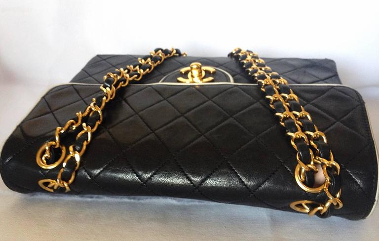 Vintage Chanel black and white lambskin 2.55 shoulder bag with golden chains In Good Condition For Sale In Kashiwa, JP