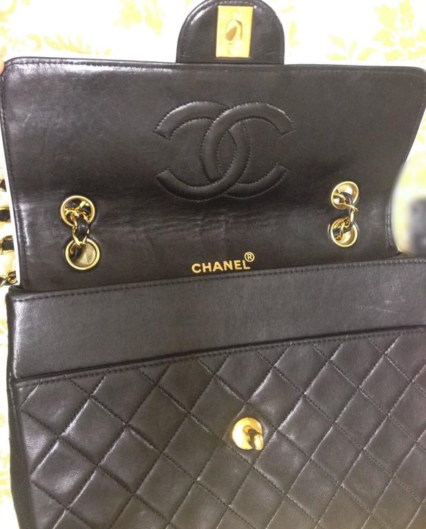 Vintage Chanel black and white lambskin 2.55 shoulder bag with golden chains For Sale 2