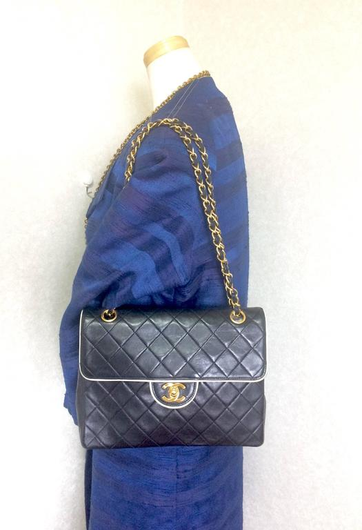 Vintage Chanel black and white lambskin 2.55 shoulder bag with golden chains For Sale 5