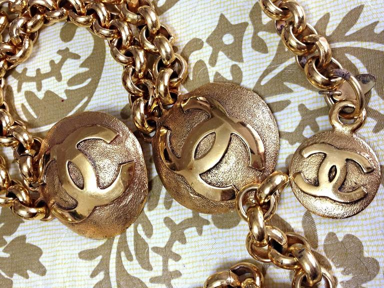 Women's Vintage CHANEL golden double chain belt with two large CC round motif charms. For Sale