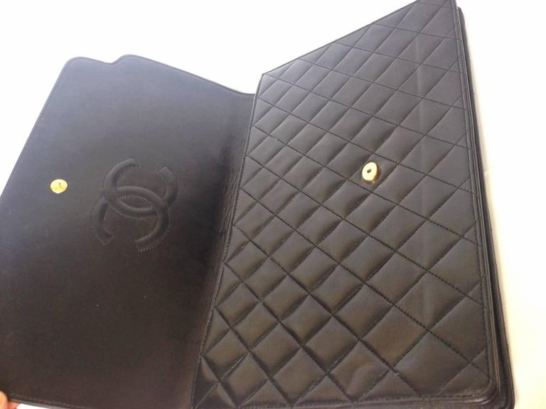 Vintage CHANEL classic black quilted lambskin document clutch purse. Classic bag 6