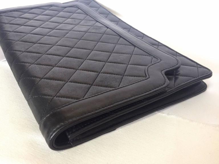 Vintage CHANEL classic black quilted lambskin document clutch purse. Classic bag 5