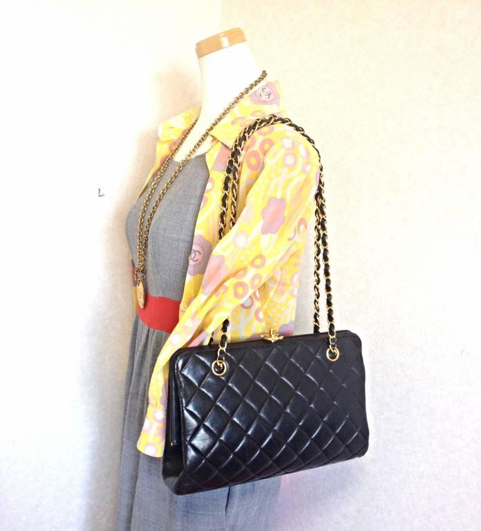 Vintage CHANEL black leather chain shoulder bag with golden CC kiss lock closure 9