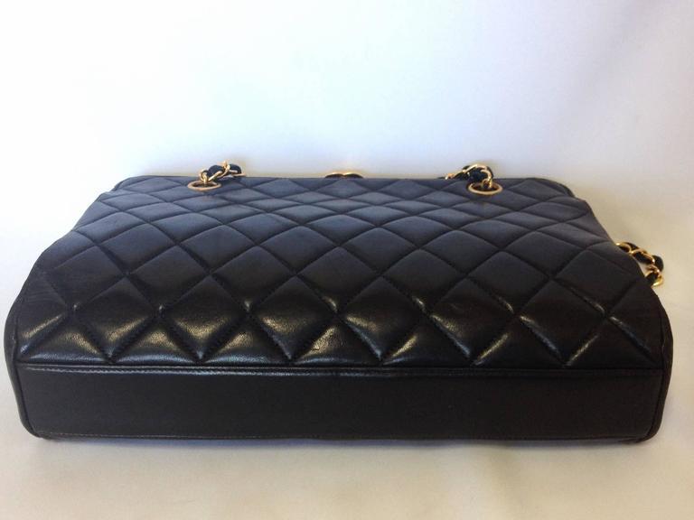 Vintage CHANEL black leather chain shoulder bag with golden CC kiss lock closure 5