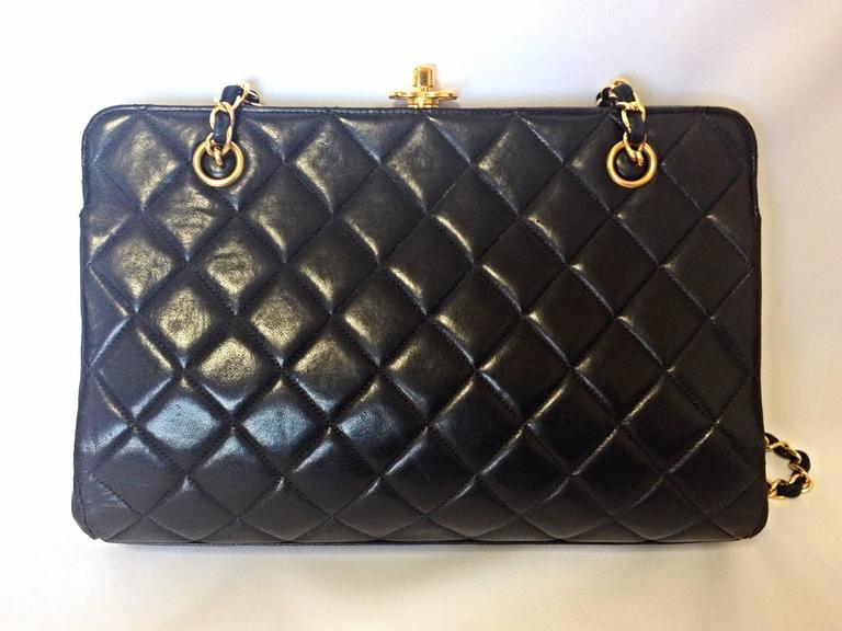 Vintage CHANEL black leather chain shoulder bag with golden CC kiss lock closure 4