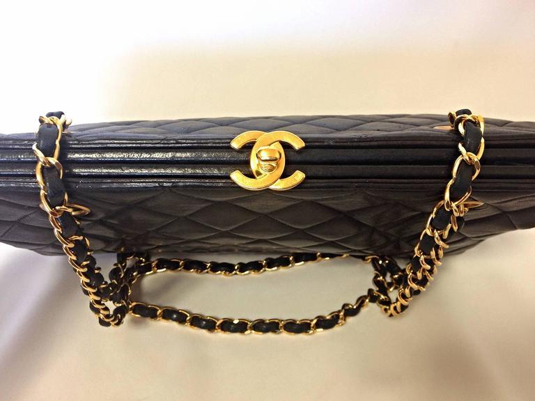 Vintage CHANEL black leather chain shoulder bag with golden CC kiss lock closure 3