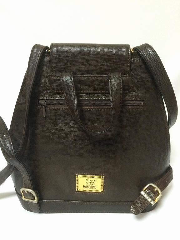 Vintage MOSCHINO dark brown leather backpack with golden and black M logo. In Good Condition For Sale In Kashiwa, Chiba