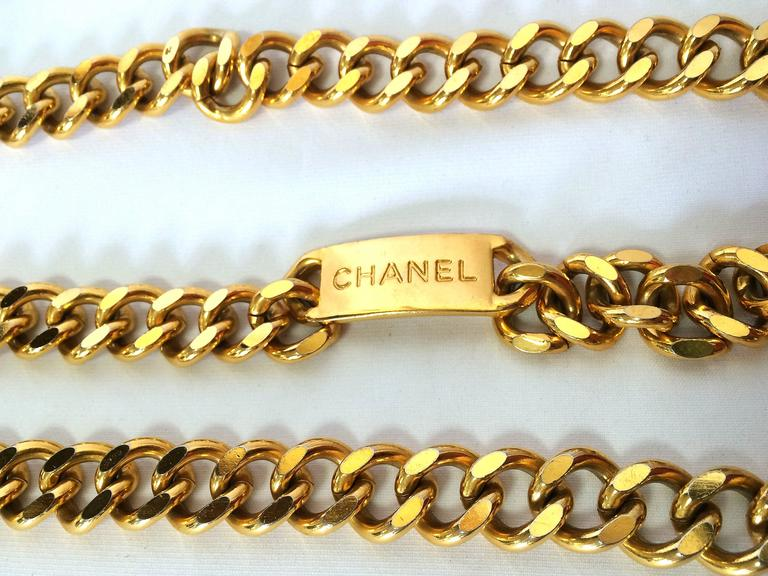 Women's Vintage CHANEL golden thick chain belt with a golden CC charm and logo plate.  For Sale