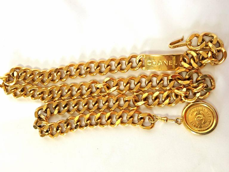 Beige Vintage CHANEL golden thick chain belt with a golden CC charm and logo plate.  For Sale