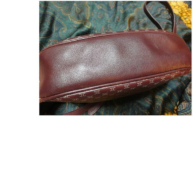 80's vintage Celine shoulder purse in bordeaux, burgundy leather with blason. In Good Condition For Sale In Kashiwa, Chiba