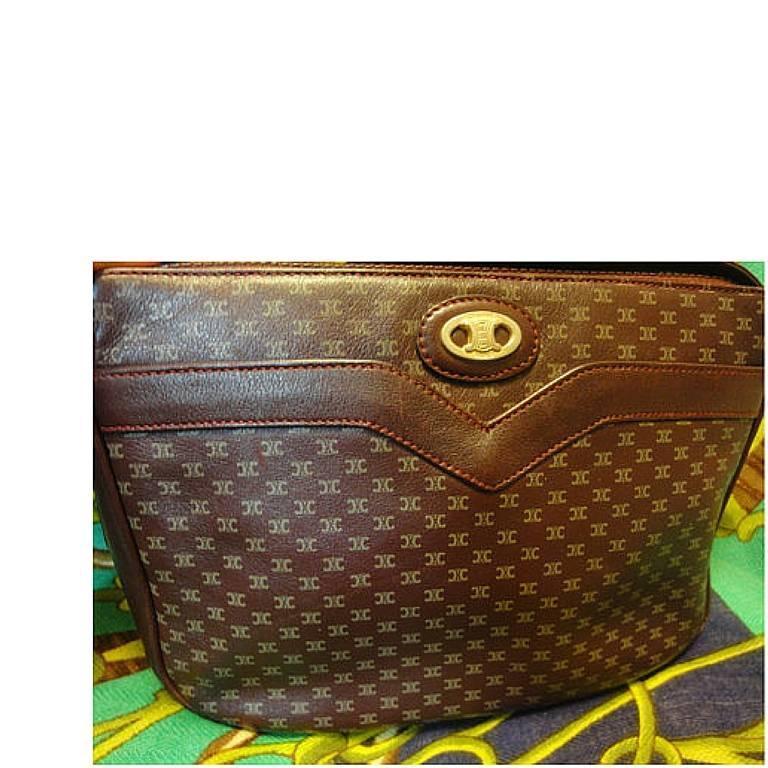 80's vintage Celine shoulder purse in bordeaux, burgundy leather with blason. 2