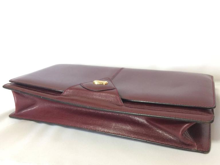 Vintage Bally wine leather clutch bag, party and classic purse with golden logo. In Good Condition For Sale In Kashiwa, JP