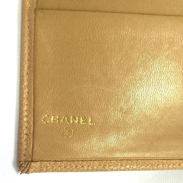 Vintage CHANEL beige caviar wallet with gold tone CC motif. Classic purse. In Good Condition For Sale In Kashiwa, Chiba