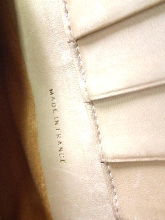 Vintage CHANEL beige caviar wallet with gold tone CC motif. Classic purse. For Sale 2
