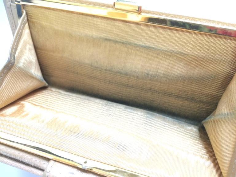 Vintage CHANEL beige caviar wallet with gold tone CC motif. Classic purse. For Sale 4