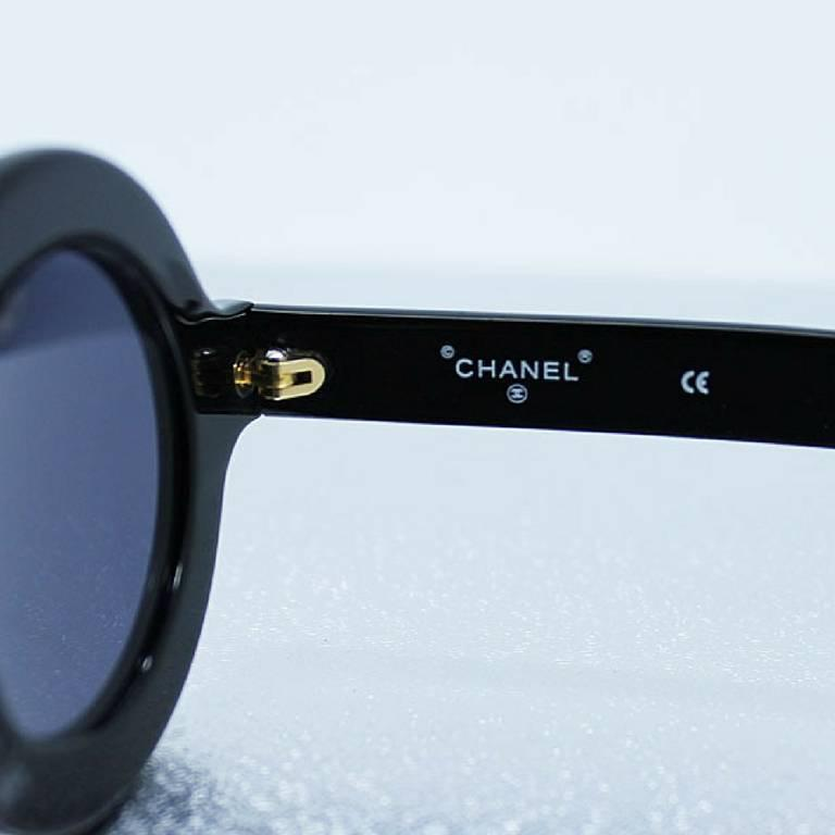 Vintage CHANEL black round frame mod sunglasses with white CHANEL PARIS print 4