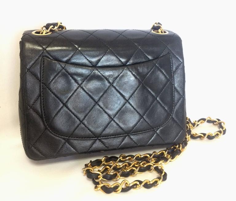 Vintage CHANEL black lamb leather flap chain shoulder bag, classic 2.55 mini bag For Sale 3