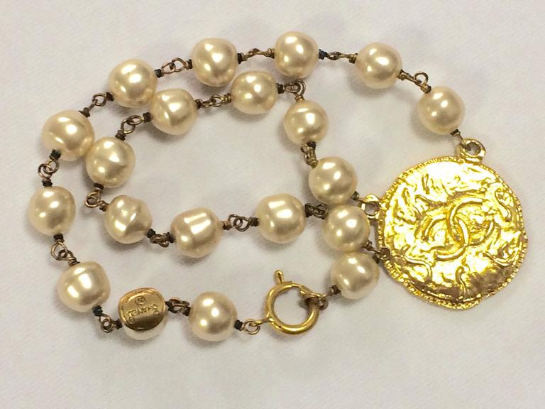 Vintage CHANEL white cream faux baroque pearl necklace with golden cc motif. 3