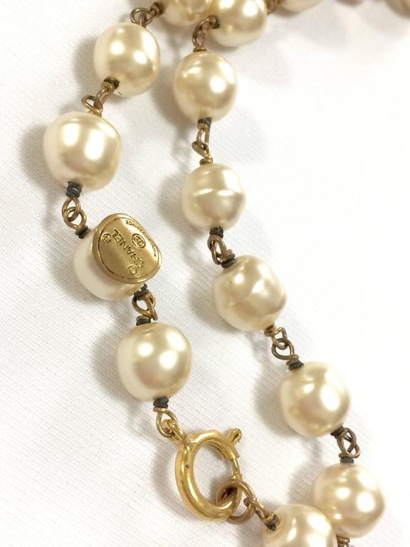 Vintage CHANEL white cream faux baroque pearl necklace with golden cc motif. 4