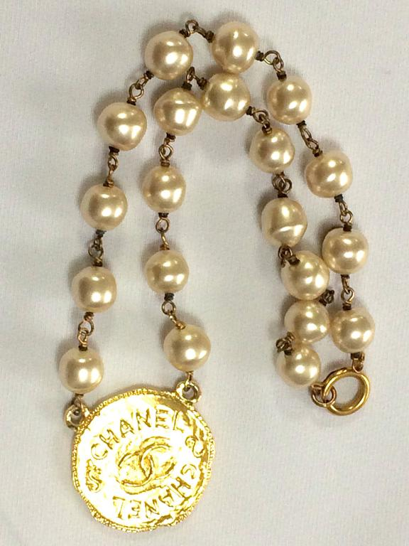 Vintage CHANEL white cream faux baroque pearl necklace with golden cc motif. 5