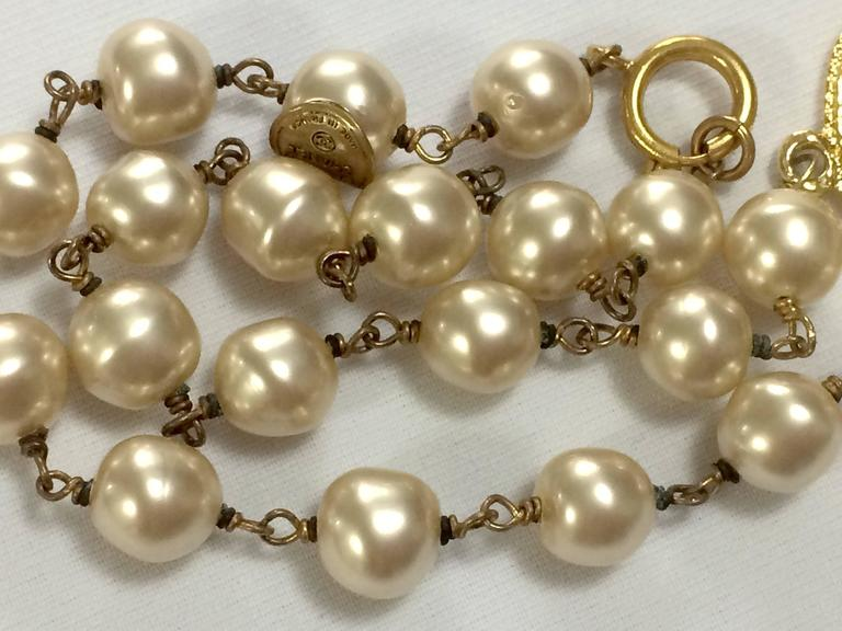 Vintage CHANEL white cream faux baroque pearl necklace with golden cc motif. 7