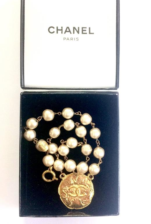 Vintage CHANEL white cream faux baroque pearl necklace with golden cc motif. 8
